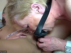 Oma Schlampe und Enkelin beim Gangbang