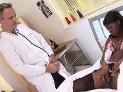Schwarze Krankenschwester fickt Patient